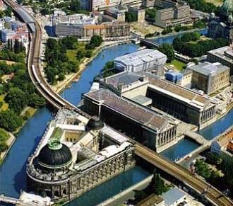 File:Berlin Museumsinsel Fernsehturm.jpg - Wikipedia